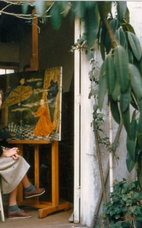 (Foto: Remedios Varo junto a la obra Retrato de los niños Villaseñor - 1956)
