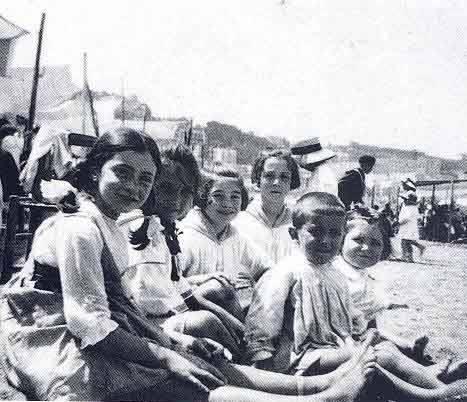 (Foto: Remedios Varo con sus primas en la playa de San Sebastian 1918)